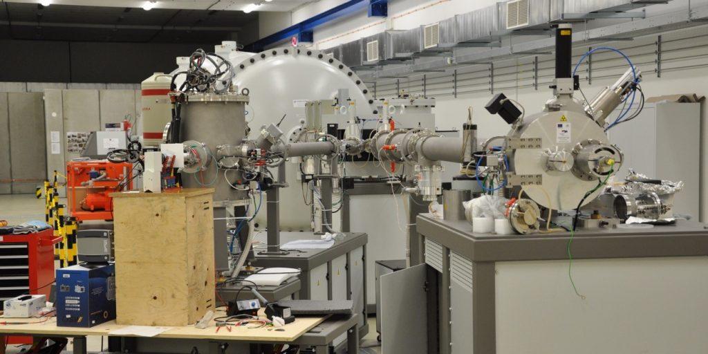 Koncové stanice(experimentálne komory) 6MV urýchľovača. Stavbou držiaka na detektor z preglejkovej krabice a Merkuru nám kolega Dušan Vaňa ušetril asi tisíc EUR, čo by bola cena originálneho stojana).